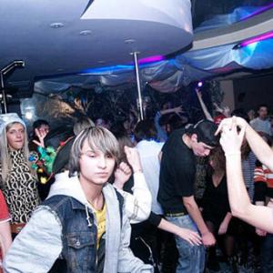 Подросток на дискотеке