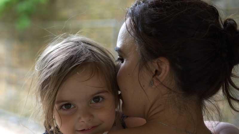 Мама, добрая милая мама (Ласковым солнышком мама моя...)